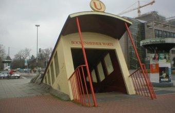 O intrare de metrou ca un tramvai care străpunge pavajul