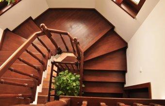 Placari cu lemn pentru scari din beton