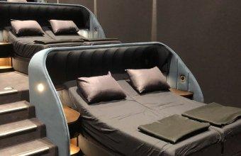 Un cinematograf cu paturi confortabile în loc de scaune. Plus papuci de casă
